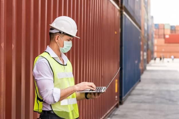 Pekerja distribusi sedang menggunakan software distribusi