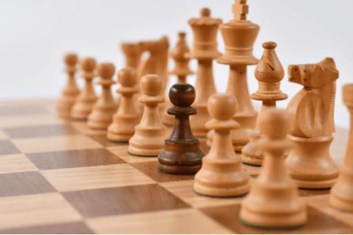 strategi unik untuk instagram digambarkan oleh gambar catur hitam ditengah-tengah catur putih