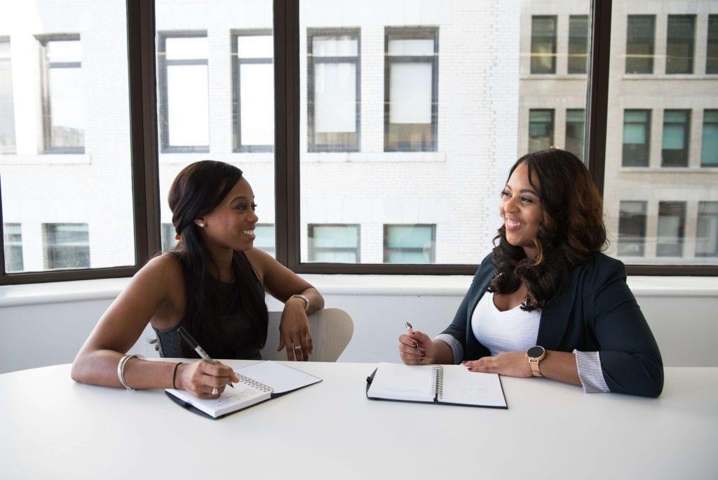 Gambar 2 orang yang sedang menyusun kerangka percakapan adalah satu teknik unutk menerapkan covert selling