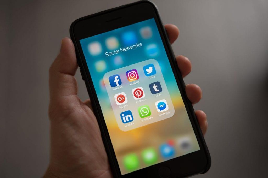 handphone dengan tampilan aplikasi media sosial