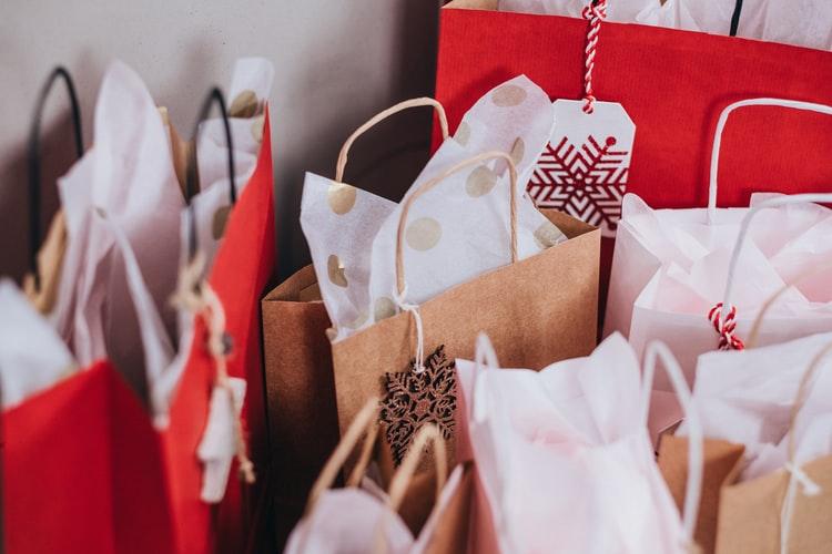 gambar paper bags menggambarkan kerja sama dengan reseller yang merupakan dari strategi pemasaran