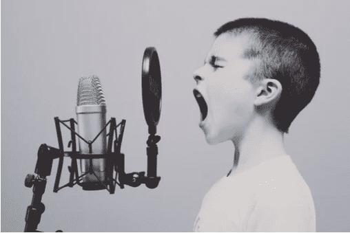 anak kecil nyanyi di microphone untuk menggambarkan pentingnya user generated content untuk teknik B2B marketing di Instagram