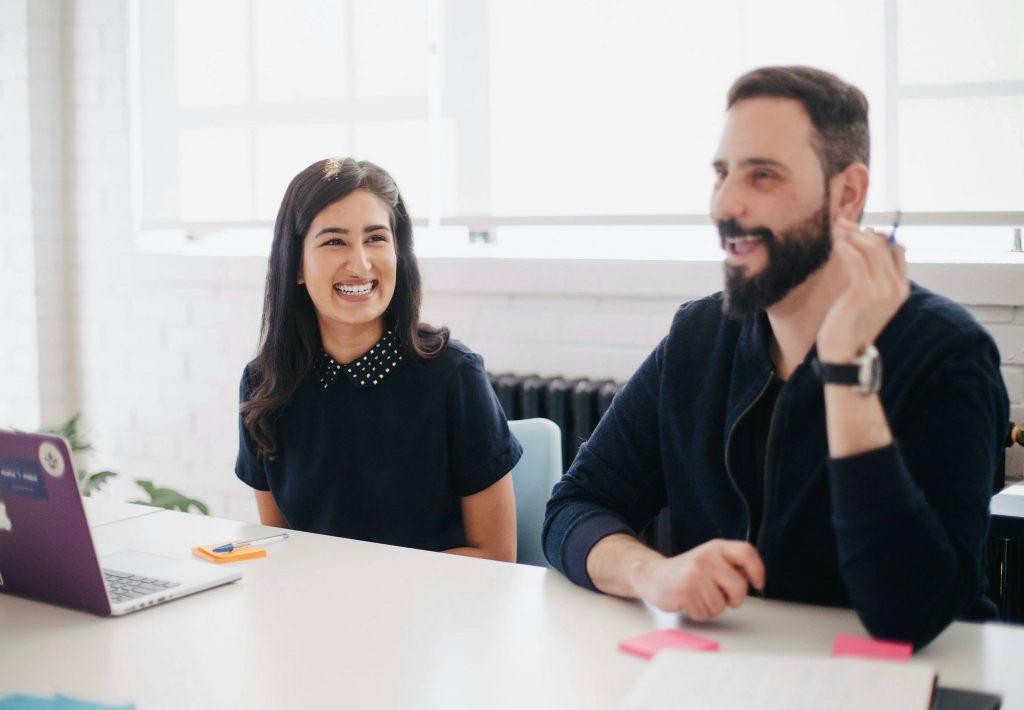 Gambar 2 orang sedang santai membahas sesuatu bisa diterapkan pada teknik convert selling